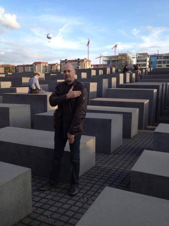 Quenelle d'Alain Soral au mémorial de l'holocauste (Berlin)